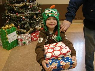 Las Vegas Rescue Mission distributes toys